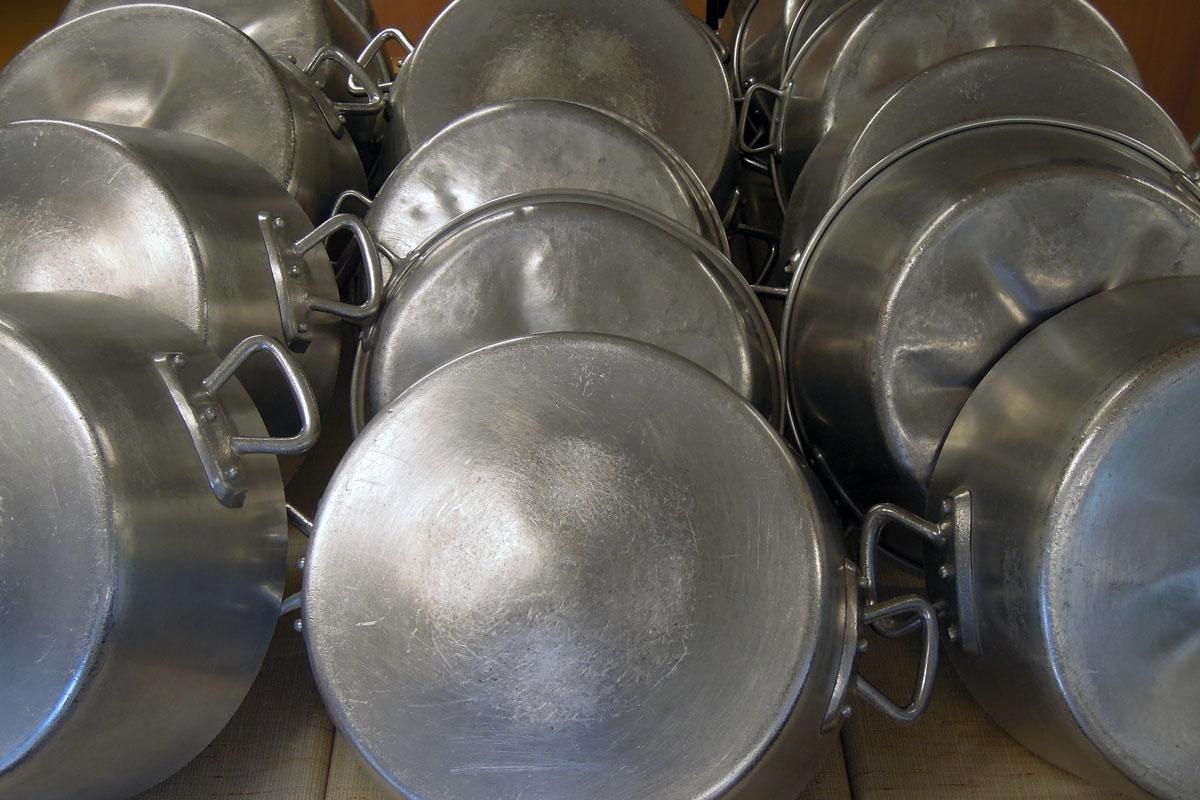 série de chaudrons pour cuire les gelées et confitures du carmel