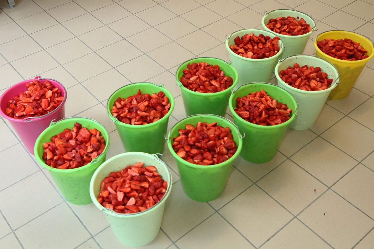 seaux avec des fraises épluchées